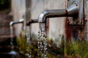 agua de fuente o manantial