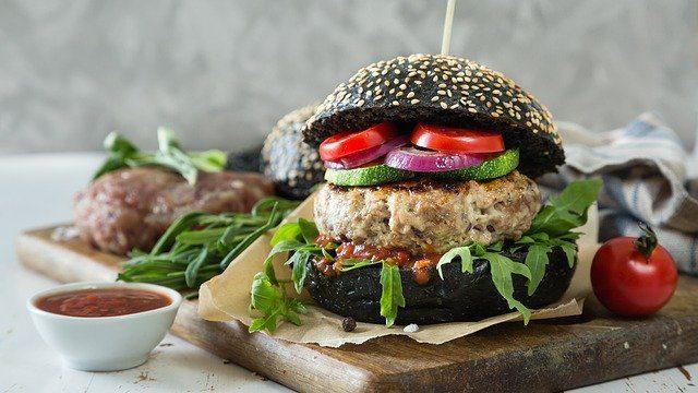 hamburguesa vegetariana con pan negro