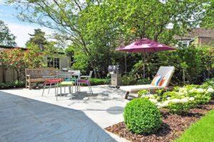 jardín con zonas despejadas y zonas verdes